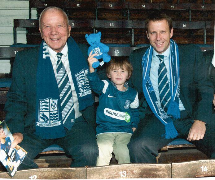 Frank van Wezel met kleinzoon William en zoon Ed op de tribune bij Southend United.