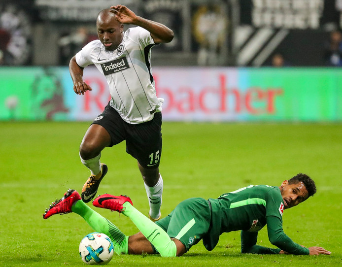 Jetro Willems namens Eintracht Frankfurt in actie tegen Werder Bremen's Theodor Gebre Selassie.