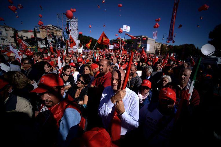 Italiaanse vakbondsleden protesteren op het San Giovanni-plein in Rome tegen versoepeling van het ontslagrecht en verdere flexibilisering van de arbeidsmarkt. Beeld afp