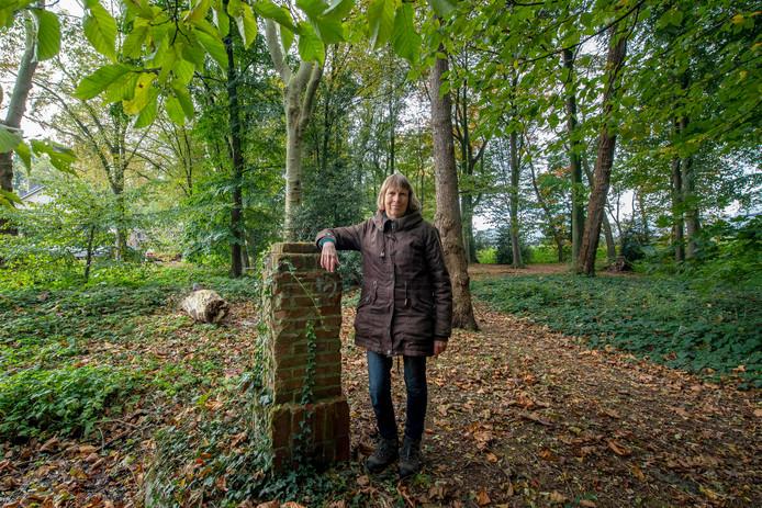 Marike de Haan (IVN Groene Zoom) is bezorgd over het Patersbosje bij het Juvenaat.