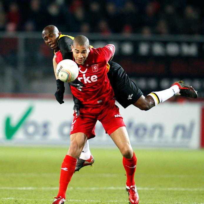 Oguchi Onyewu namens FC Twente in 2011 in duel met Matthew Amoah van NAC.