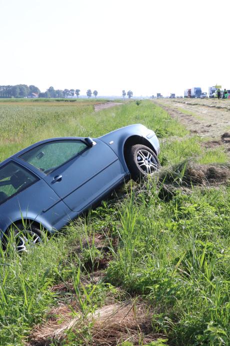 Auto belandt in sloot na kop-staartbotsing op A6 tussen Emmeloord en Ketelbrug