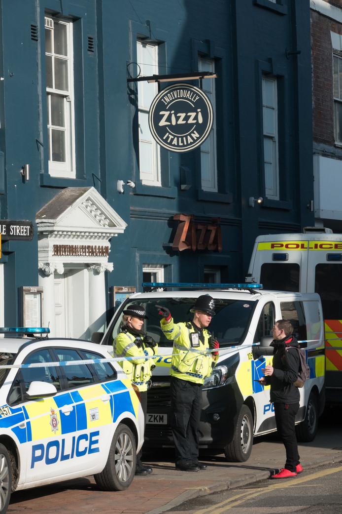 Agenten hebben ook het pizzarestaurant Zizzi afgezet wegens onderzoek.