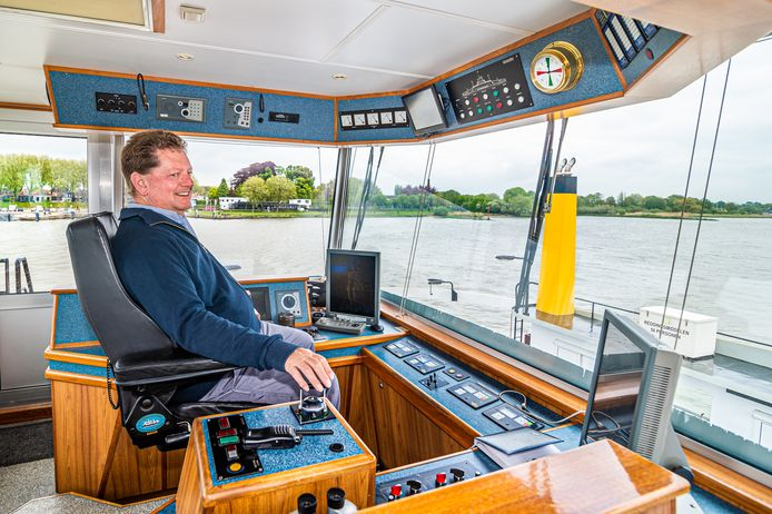 Schipper Wim Bojawal van Veerdienst Schoonhoven vanuit het stuurhuis van de veerpont.