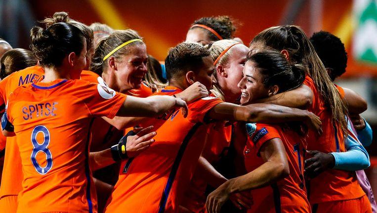 Danielle van de Donk (M) van het Nederlands vrouwenelftal krijgt felicitaties na het scoren van 2-0 tijdens de halve finale tussen Nederland en Engeland Beeld anp