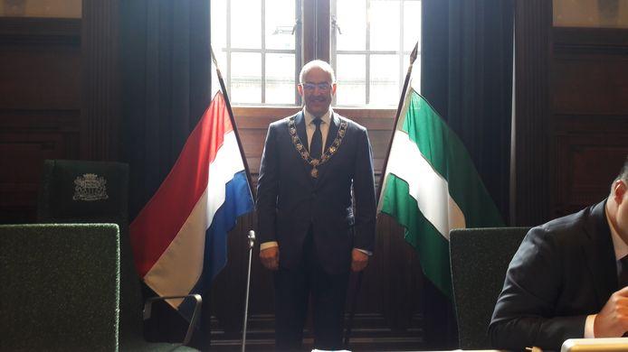 De Nederlandse vlag wappert in de historische raadszaal.