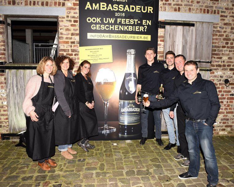 Koenraad Goddeau heft het glas op het nieuwe Ambassadeur-bier 2016.