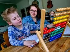 Lianne geeft haar zoon al een jaar thuis les: 'Wees niet te schools in je thuisonderwijs'