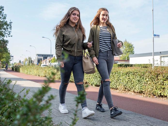 Amber van Helden uit Kamperland (r) en Isa den Hartog uit Kortgene moeten dagelijks ver met de bus rijden.