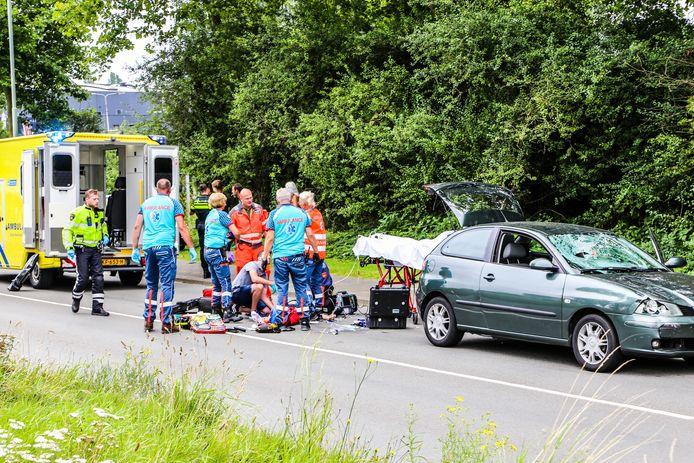 Een fietser op de Baanhoekweg in Dordrecht raakte ernstig gewond bij een botsing met een auto.