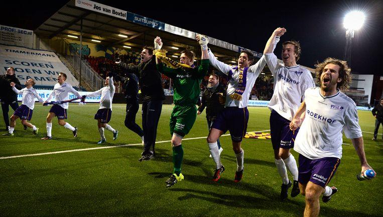 Spelers van VVSB bedanken de meegereisde supporters na hun spectaculaire overwinning op Den Bosch. Beeld null