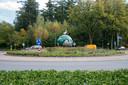 En weg is het bordje met de tekst 'Welkom in Duckstad' op de rotonde Kolbaan/Julianalaan.