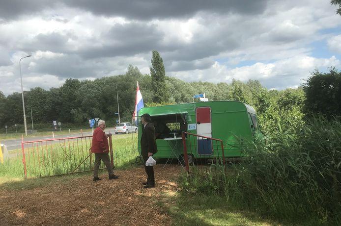 Ans van Kessel verkoopt kersen en ander zomerfruit vanuit de groene caravan langs de N322