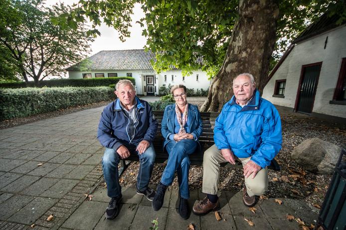 Enkele van de organisatoren van het Rekkense monumentenweekend-aanbod  voor Den Hof als voorbeeld van de wederopbouwperiode:  Wim Giesbers (l), Ineke van der Werf en Jan Raaben.