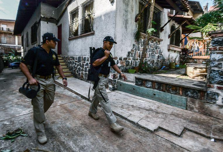 Politie in Panama-stad houdt het huis van drie van mensensmokkel verdachte personen in de gaten.