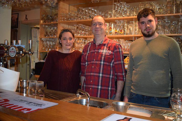De nieuwe uitbaters Werner Godeau, Vanessa Mees en haar zoon Stieven Cleemput.