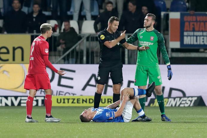 Jordy van der Winden grijpt naar zijn knie in de thuiswedstrijd van FC Den Bosch tegen FC Twente. De linksback is nog steeds  herstellende van die kruisbandblessure.