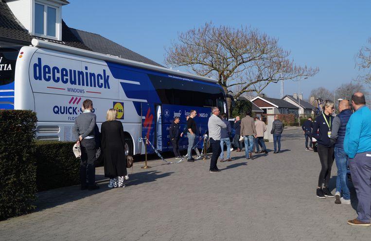 Veel volk op de parking van de Shamrock ter voorbereiding van de E3 in Harelbeke.