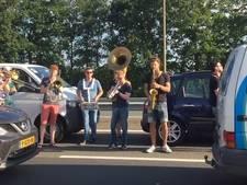Band creëert feestje tijdens file in bloedhitte