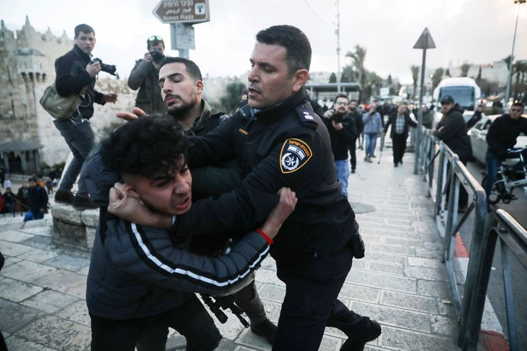 Israëlische grenspolitie arresteren een Palestijnse demonstrant in Jeruzalem.  Beeld AP