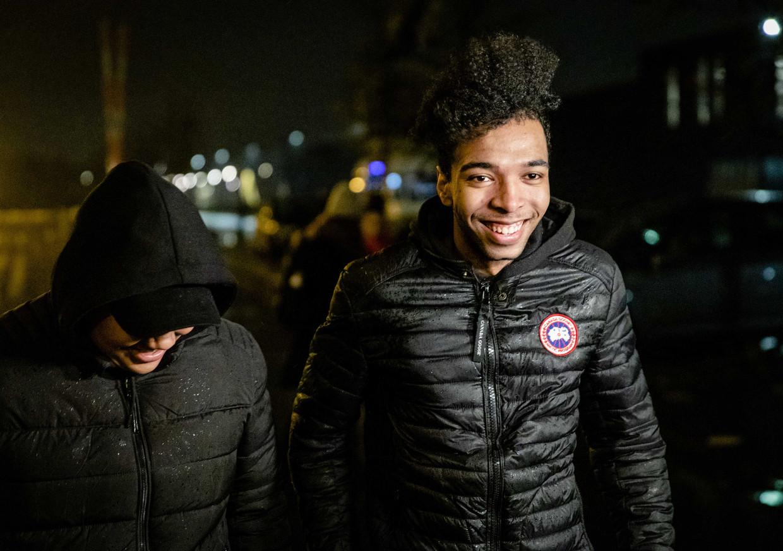 Daniël Buter met zijn neef nadat hij het detentiecentrum, waar hij in de vreemdelingendetentie was gezet, heeft verlaten.  Beeld ANP