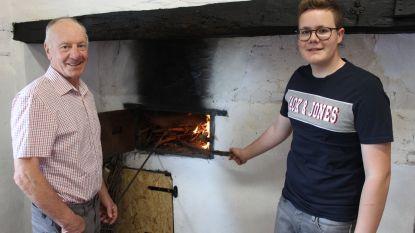 Kleinzoon Victor (16) restaureert oude bakoven van opa Marcel (70)