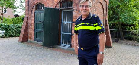 Budelse wijkagent Jos Lowis ruimt zijn uniform na bijna een halve eeuw voorgoed op
