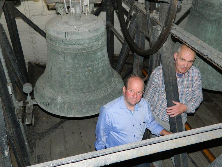 Pastoor Alain Babylon en schepen Dirk De Smul bij de kerkklokken, veertig meter hoog in de toren.