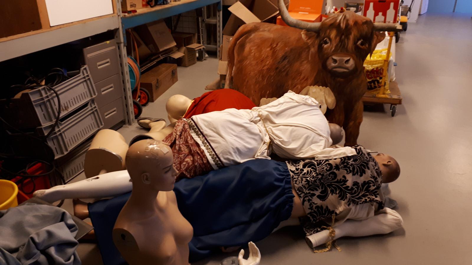 De kleding van Jozef, Maria en een herder was kapot; ledematen waren afgerukt.