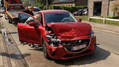 Jonge bestuurster gewond bij botsing op Wijnveld