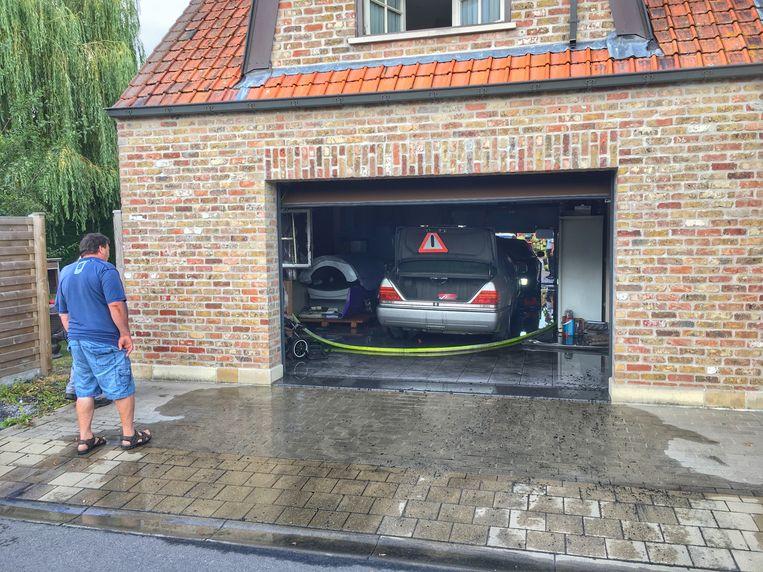 De Mercedes in de garage brandde volledig uit.