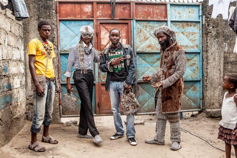 Eco-sapeurs dragen geen westerse merken, maar gebruiken lokale materialen om hun kleding te maken. Beeld Yvonne Brandwijk