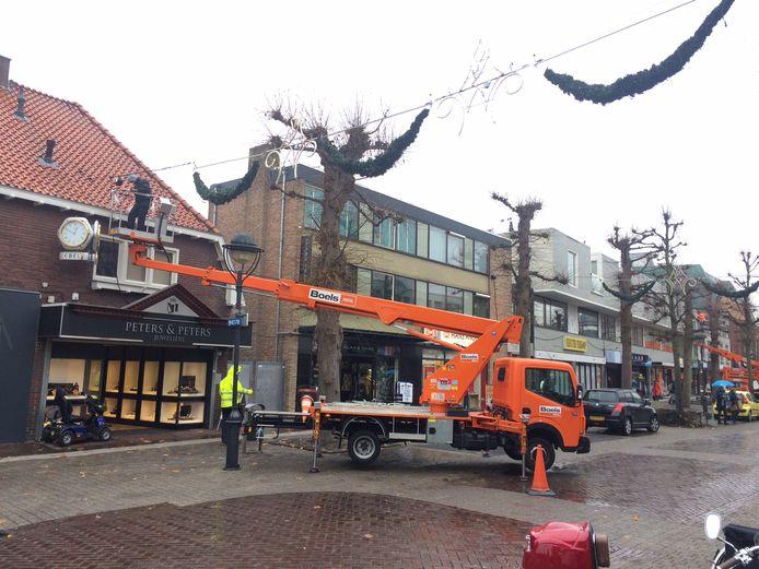 In de Marktstraat in Uden hangt de eerste feestverlichting. Eindelijk.