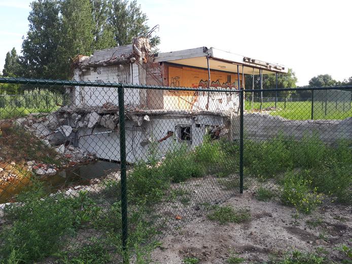 Een klein deel van de gesloopte school aan de Noordendijk in Dordrecht blijft nog een tijdje staan in afwachting van bodemsanering.