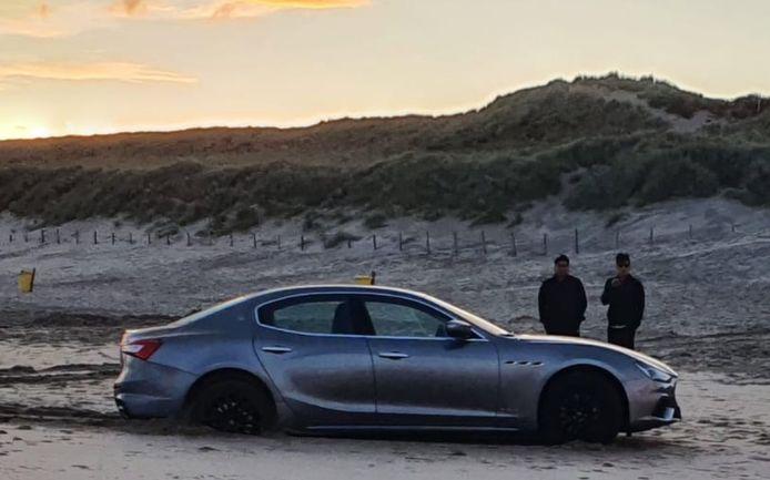 Toeristen rijden gehuurde Maserati vast op strand