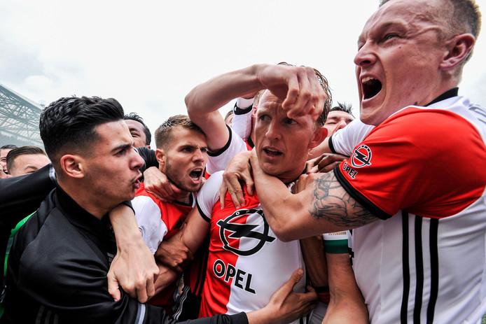 Toornstra (rechts) viert één van de treffers van Kuijt (midden) tijdens de kampioenswedstrijd van Feyenoord
