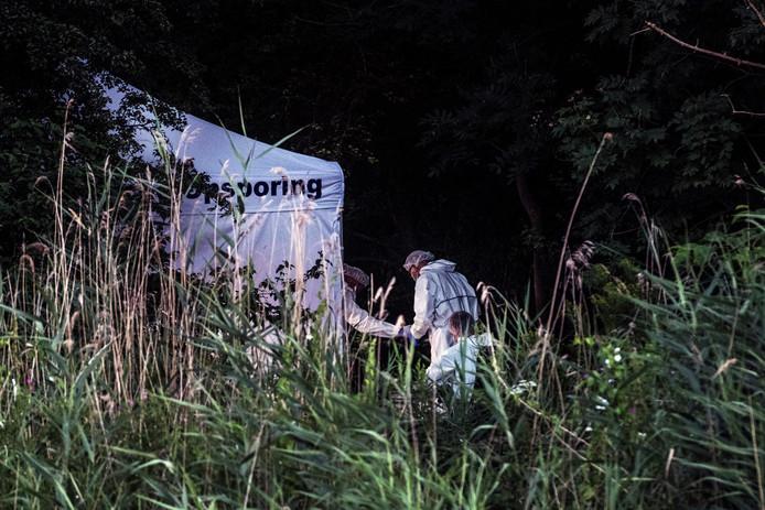 Forensisch onderzoek in een bosje aan de Nieuwe Ubbergseweg in Nijmegen waar het lichaam werd gevonden.