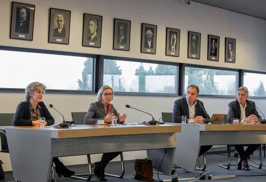 Persconferentie over de fusie die toch niet doorgaat tussen Druten en Wijchen. Van links naar rechts burgemeester Corry van Rhee-Oud Ammerveld, burgemeester Marijke van Beek, wethouder Geert Gerrits en wethouder Willy Brink.