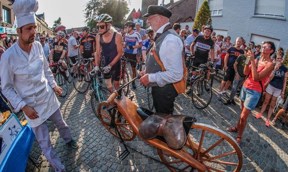 """Ook niet-alledaagse fietsen aan de start. """"Winnen is niet belangrijk."""""""