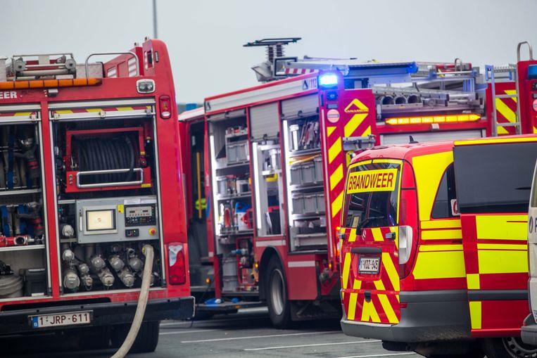 De brandweer kwam ter plaatse om de man te bevrijden uit de wagen.