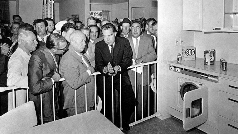 Partijleider Chroesjtsjov en vicepresident Nixon discussiëren bij een modelkeuken op een Amerikaanse tentoonstelling in Moskou in 1959. Beeld ap