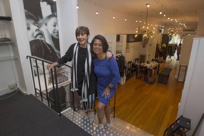 Ietje Kremers (l) en Peggy de Quillettes – al vijftien jaar bij Kremers' in dienst – in de winkel. foto jurriaan balke/fotomeulenhof