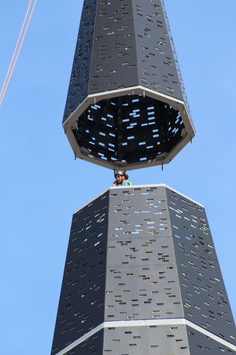In de torenspits zelf vatten wel arbeiders post op een stelling. Telkens wanneer er een nieuw stuk geplaatst werd, mochten zij aan de slag.