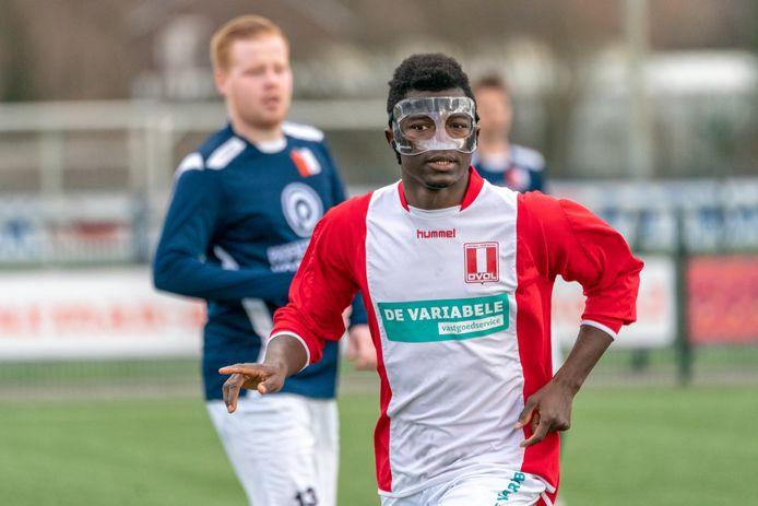 Archieffoto. Yaya Camara speelde een tijd terug met gelaatsbescherming in verband met een blessure.