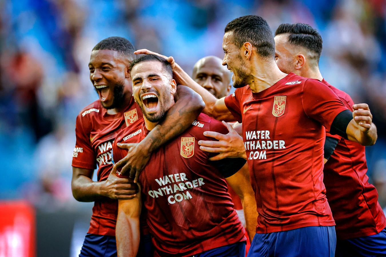 De sterren van dit seizoen: Riechedly Bazoer (geheel links) en Oussama Tannane (midden) in euforie bij Vitesse.