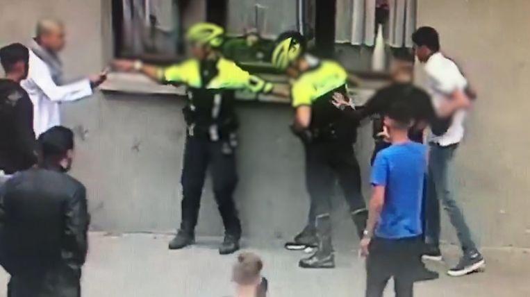 De verdachte gaf een van de agentene een duwtje in de rug.