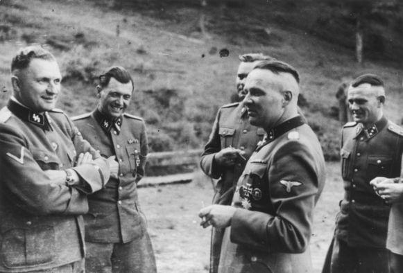 SS-officieren ontspannen in een buitenverblijf in de buurt van Auschwitz op een foto uit 1944. Rudolf Höss is tweede van rechts, uiterst links zijn opvolger Richard Bär. De foto is een van de 116 foto's gemaakt door een SS-officier die door het Amerikaanse Holocaust Memorial Museum in 2007 werd vrijgegeven.