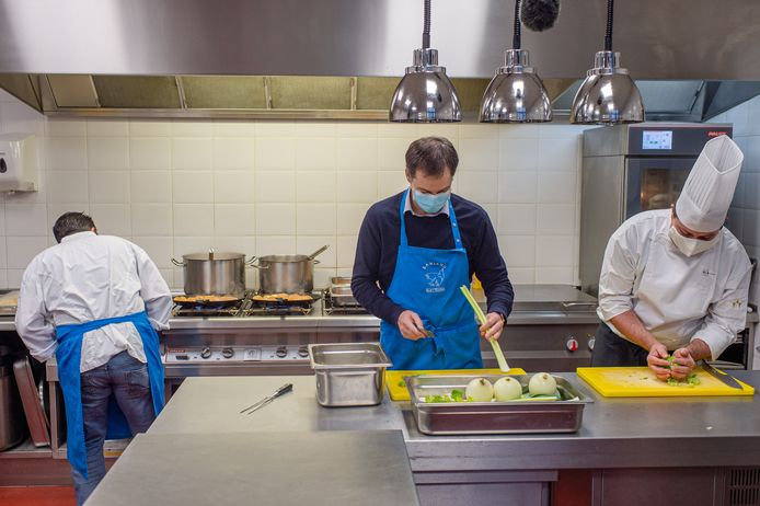 Premier Alexander De Croo (Open Vld) hielp mee in de keuken