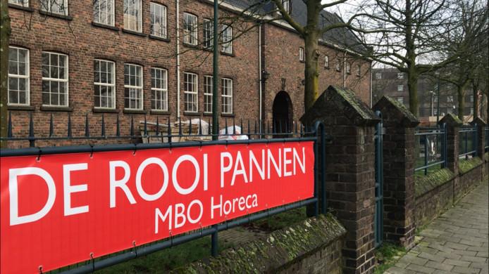 Werkzaamheden aan de Seeligkazerne in Breda waar De Rooi Pannen zich in 2019 gaat vestigen. Het hoofdgebouw vanaf de Fellenoordstraat.