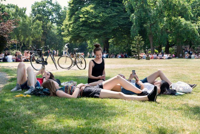 Een groepje middelbare scholieren in een park in Nijmegen. Foto ter illustratie.